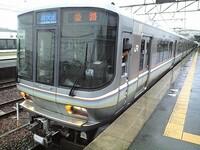 どうして関東の東海道線には新快速がないのでしょうか? 中京や京阪神にはあるのに。  関東の東海道線 = 遅い、特定運賃はない、車両もロングか狭苦しい固いボックスシートがあるクロスシート車、高い料金取るのに狭苦しい2階建てグリーン車というイメージしかないです。