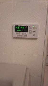 分譲マンションの浴室です。シャワー付きの混合栓 KVKのKF112Gからお湯が出なくなりました。写真1です。これは洗い場についています。 そればかりか、浴槽についているKVKのKM2G2の方も湯が出ません。写真...