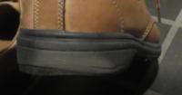 靴の手入れ補修方法を教えてください ホーキンスの靴でソウル部分は黒いゴムだと思います スーパーのレジ前でカートをぶつけられて図のように黒が灰色に変わりました 濡れた雑巾で拭くと一瞬黒くなりましたが乾...