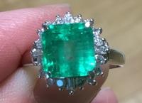 エメラルドの指輪です。販売価格はいくらぐらいでしょうか? 地金:pt900 重量:4.6g 取り巻きダイヤ:0.4ct エメラルド:2ct   ⚪︎素人が見てエメラルドは、透明感がある中にも内包物があります。10倍で拡大す...
