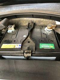 バッテリーの接続部から泡が吹いているのですが、これはオルタネーターかなにかの不良でしょうか?このような状態を初めて見ました。バッテリー交換して1年3ヶ月目になります。