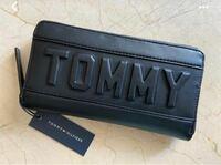 トミーヒルフィガーの財布についての質問です。 写真の長財布は今までに発売されている商品ですか? それとも偽物ですか? (トミーヒルフィガーの偽物は聞いたことがありませんが、一応質問しています)