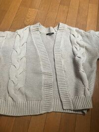 今週末に東京に遊びに行きます。 土曜日が気温7/16度、日曜日が5/18度でした。 下を薄手のニットやシャツにしてアウターにアクリル100パーセントのこのカーディガンは季節外れでしょうか?