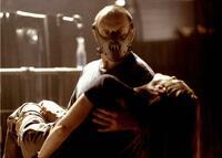 「ハンニバル」2001年で、 ハンニバル・レクター(アンソニー・ホプキンス)が ラストで クラリス(ジュリアン・ムーア)の舌を噛まず 尚且つ、手首も落とさなかったのは、 異常な彼にも 女性に対する愛情があったと捉えてもいいのでしょうか?