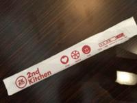 コンビニや弁当屋の箸でも、食後に箸袋に戻さないのはマナー違反でしょうか?