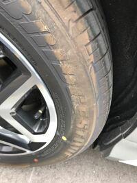 このように車のタイヤにどっかで擦ったような跡がいつも付いてしまいます。 これは縁石とかで擦ってるんですか? 擦った覚えもありません。