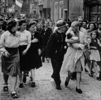 パリ解放の時、ナチスの兵隊と付き合ってた女性はスキン・ヘッドにされましたが、ナチスの将校と付き合ってたココ・シャネルは免れたんですか? それともそういう写真は一切処分されたのですか?