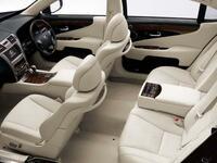 欧州車のシートて硬いですが。 確かに運転席のシートは硬いほうが運転しやすいですが。 ですが助手席まで硬くするのは意味がないのでは。 助手席の人は座っているだけだからシートは柔らかいほうが乗り心地がい...