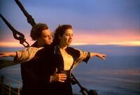 レオナルド・ディカプリオ主演映画タイタニックでのキャルドン・ホックリー(ビリー・ゼイン)のセリフが聞き取れません。 4月29日 NHKBSで放送されたとき、開始から1時間57分頃のキャルドン・ホックリーのセリフです。   ローズ・デウィット・ブケイター(ケイト・ウィンスレット)声・日野由利加のセリフ 『 お母さん。黙って乗りなさい。まだ分からないの? ボートの数は足りないの。半分も乗...