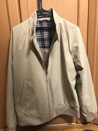 この服オジサン臭いですか?ユニクロで買いました。春服がなくて、まぁいーやと適当に買ったものです。 家で合わせたところ、合わせる服もなければ、ジジィくせぇ、と思ってるところです。これって色をミスったんですかね? 男子高校生です。 着るなら何であわせますか?インナー教えてください。売ってしまうべきですか?