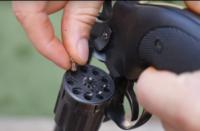おもちゃの銃? 外国の実験系のYouTube動画で風船を割るためにこのような銃で風船を撃っていました。 この銃は子供が使うようなおもちゃの銃なのでしょうか? それとも殺傷能力は低いけどれっきとした銃なので...