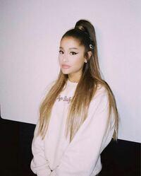Ariana Grandeのファッションにこうゆう、サイズがややブカブカの洋服がありますが、 なんていう名前のファッションですか?