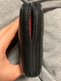 シャネルの長財布なんですけど、ファスナーを閉めてもこんな状態になってしまいます。 まだまだ使えそうなのでファスナーの交換をお願いしたいんですけど、自分の住んでいる地域に正規店などがなく、出向くにはなかなかの距離があります。 他に交換方法などありますかね?