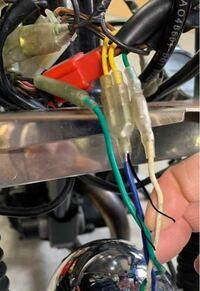 ヘッドライトの配線での質問です。 新しいヘッドライトの配線が赤 黄 黒なのですが以前に使用していた物の配線の通りに接続するにはどう繋いだら良いでしようか?  ちなみに黄色のこの2本の配線は1本にして新しい...