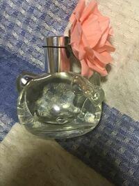 香水に詳しい方! 友人に香水をもらったのですが箱無しで貰ったためブランド名やいつ頃のものなのかわかりません。  詳しい方わかる方いますか?  キティちゃんでキャップ部分に花の飾りがついています。
