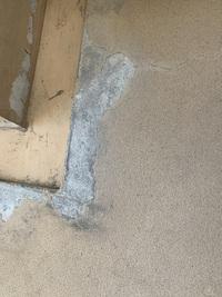 自宅のバルコニーの床がはがれてきました。 補修したいんですがこれはモルタルを貼ってあるんですか? その場合プライマー塗った後にモルタル貼ってウレタン防水でいいんですかね? 詳しい方宜しくお願い致しま...
