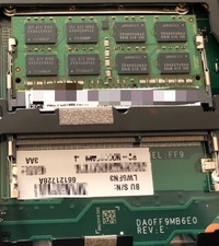 このメモリスロットはどっからどう見てもDDR3ですが、ここにDDR4のメモリは刺せませんよね。一応NECの型番情報にはかすかに DDR4対応ぽいのは書いてあります… これにはDDR4はやはり刺せないの でしょうか?(物理...