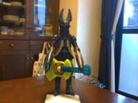 バルタン星人はギターをどうやって弾くのでしょう?
