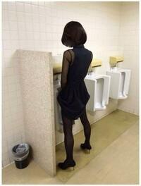 女装者が男子トイレで立って小便していたらどう思いますか。  よく女装者は女装で男のトイレには行きたくないと言う人が多いですが。 その理由が襲われる心配があるからだと言いますが。 男性に質問なのですが。 男子トイレに女装者がいたら襲いたくなりますか。 ①無視する。 ②関わりたくない。 ③逃げる。 どれですか。