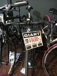 ロードバイク欲しいと思ってリサイクルショップ見てたらこれが売っていました。値札に記してある参考価格がこの自転車の定価なのかわかりませんが買った方がお得なのでしょうか?そもそもな話ロード初心者が新品...