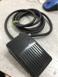 フットスイッチ フットスイッチで一度押すと回路に電流流れ保持され また押すと回路に電流が流れなくなる、開閉式フットスイッチありますか? 名前はなんといいますか?