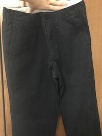 ユニクロのヴィンテージレギュラーフィットチノ 黒く見えるけど紺色?のを知り合いに小さいからって貰いました。  チノはベージュ系しか履いたこと無いですが、黒?系のチノは上は何色が合いますか?  暑いので最近は半袖でTを着てます。  20代のメンズです
