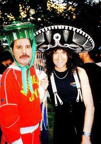 フレディ・マーキュリーとブライアン・メイが一緒に写っているこの写真は、いつ頃の何の写真でしょうか?イベントですか?