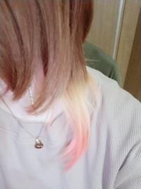 ヘアカラーブリーチ についてなのですが、  一度ホワイトブリーチをして だいぶ抜けてると思いブルーを入れたら 緑になってしまい、紫と赤を塗り ちょっと暗めの赤紫にしていました  その上からホワイトブリーチをしたら この画像のような色になりました、  フレッシュライトのメガメガブリーチで 白金に近いくらい色は抜けてくれると思いますか?  エンシェールズのブルーを薄めて 毛先の水色っぽくしたいで...