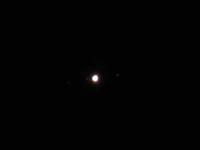 6月13日23時頃、埼玉でCanonのデジタルカメラを用いて撮影した木星の写真なのですが、木星に群がるように映りこんでいる3つの衛星らしき光は何ですか?