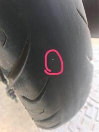 原付の後輪タイヤがパンクしたんですが、これは市販のパンク修理キットで直せるんでしょうか?それかバイク屋に持って行って直してもらった方が良いのでしょうか? 刺さっているのは小さい鉄の棒みたいなものです。