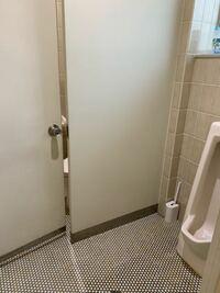男女共用トイレは、入り口のドアに鍵を締めるのが普通ですか? わたしは、普通に入り口のドアの鍵などを確認せず、個室に入りました。用を足していると、ドアを開ける音がしました。咳き込む男性の声が聞こえたの...