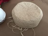 エコアンダリヤでカンカン帽を編んでいるのですが、クラウン部分が真っ直ぐになりません。トップ最後からクラウンは増し目をしてないのになんだか膨らんでる?感じになっています。真っ直ぐにす るにはもっときつく編まなくてはならないのでしょうか。それか編み針の号数を小さくするとか? トップからストンと真っ直ぐ下ろすにはどうしたら良いでしょうか