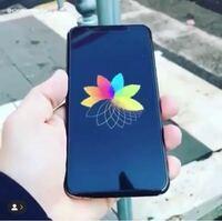 店頭のiPhoneの展示品で流れている、虹色のロゴがクルクル回っている動画は自分のiPhoneで見れないんでしょうか? ↓こんな感じのです。