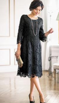 結婚式でこういうレースのドレスは大丈夫ですか? また、黒はお祝いの席でダメでしょうか? 画像のドレスを着用する訳ではありませんが、総レースで雰囲気は似ています。 スカートのみフレアーが入っていて少し広がっています。   シルバーグレーとピンク系もありますが、ピンク系は可愛すぎて似合わなくて無理でした。 黒が気に入ったのですが、相応しくないでしょうか? 皆様のご意見を聞かせてくだ...