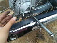 バイク リヤタイヤ交換 部品がどこについてたかわからない  スーパーカブ後輪タイヤを取り付けようと思っています 中央細長い部分の部品がこの位置であっているのか(もしそうなら、いれる コツなど)  左手でもってる部品どこかにつけ忘れているのでその場所  教えて頂きたいと思います。よろしくお願いします。