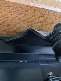 戸建木造の玄関ドアのクローザーから油漏れがしているので、リョービの取替用クローザーなどで自分で交換しようかと考えています。 ところが、写真の様にウチの玄関は、クローザーのブラケット 部分がドア枠の中...