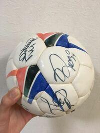 サッカー選手のサインに詳しい方。 2003年のワールドカップ関連で 小さい頃にもらったサッカー選手の サインボールなのですが 誰のサインかわからず…… わかる方教えて下さい。