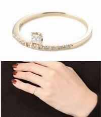 このダイヤモンドの指輪について、詳しい方のご意見をいただきたいです。 この指輪には天然ダイヤがセッティングされているのですが、刻印が0.06となっています。普通に考えるとメレダイヤを合わせたカラット数だ...