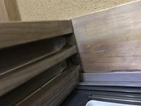 雨漏りに関する質問です。  鴨居から雨漏り、柱に雨染みがあります。  窓サッシ周りに防水テープを貼りまくったら今のところ悪化はしていません。  前回の屋根の葺き替えや外壁塗装から20 年近く経っているので外壁塗装業者に塗装の時にサッシ周りのコーキングをしてもらう方向で考えていますが甘いでしょうか?  雨漏り業者き先に診断してもらうべきか悩んでいます。  業者の方や過去に雨...