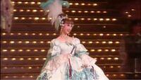 この宝塚の可愛らしい方は誰ですか?涼風真世さんがオスカルで、天海祐希さんがアンドレのベルサイユのばらの公演での画像です。