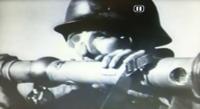 戦争映画「総攻撃」でのシーン、ドイツ軍が使用しているこの道具は何ですか?双眼鏡ですか?