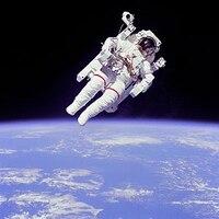 宇宙飛行士たちは、闇へ耐える訓練を受けているのですか? 宇宙飛行士たちは、宇宙空間に長時間浮遊しなければならないために、闇の中で孤独に耐える訓練を受けると聞きました。  どのような訓練なのですかね、やはり相当に辛くて精神力が試される訓練なのでしょうか?  詳しい方や体験されたことのある方がおられたら、ぜひご意見をお聞かせください。
