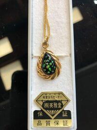 このネックレスのトップスは なんの宝石?で出来ているのかおわかりの方いらっしゃいますか? また今後見分け方などわかりやすい方法があれば教えてください!m(_ _)m