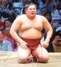 阿炎は、遠藤戦では良いところまで行ったのに(そうでもなかったでしょうか)決まり手は、つき膝とのことですが残念な結果ですか。