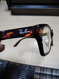 レイバンの伊達メガネをオークションで中古で購入しましたが、どうみてもプラスチックです。 JINSとかで伊達メガネを買うと、レンズに変えてくれると思うのですが、レイバンのはプラスチックなのですか? これが普通ですか? プラスチックの場合、UVカットはついてますか? UVカットかどうかの確認方法はありますか?