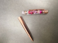 ハーバリウムボールペンについて  オイルを入れて中栓まで出来たのでボールペン組み立てようとしてハメてもゆるゆるで、ペンの替え芯側とハーバリウム側がすぐ取れてしまいます。 固定される わけでもないのでハメても画像のように真っ二つになります。 接着剤などで固定させるのでしょうか?? 説明を見ても中栓とリング?をハメたら組み立てるしか書いてません。