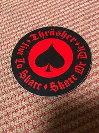 このステッカーのブランドわかる人いたら教えなください!!!!!! おそらくスケボーのブランドだと思います。