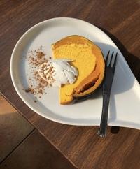 この画像のケーキはどこのお店のものでしょうか? モデルの方がインスタグラムに載せていました。 この形のケーキはどっかの外国発らしいのですが、食べた場所は日本国内のようです。 とても 気になるので知っ...