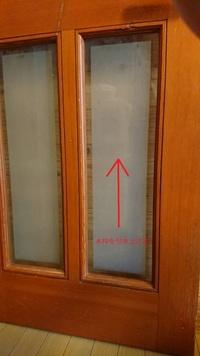 リビングドアのガラスの外し方について質問です。  猫の通路用に1枚、リビングドアのガラスを外したいと考えております。 私の家のドアはガラス交換でよく紹介されているような、木枠にネジは存在しておらず木枠を引き上げて外す様な構造になっております。  木枠を引き上げた状態で木枠の下の部分を持ち上げて外そうと試みましたが、力任せに外そうとして木枠を壊れるリスクもあり、上手く外すことが出来ませ...