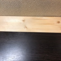 木工ボンドの上手な離し方は?  写真のように机にパイン材を木工用ボンドで貼り合わせて、奥行きを追加しています。 もっと奥行きを追加したいので、一旦剥がしてパイン集成材の幅広いものを 、再度貼り合わせ...